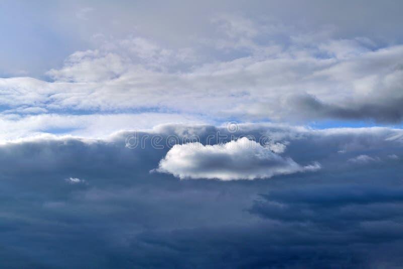 C?u com as nuvens de chuva antes da tempestade imagem de stock royalty free