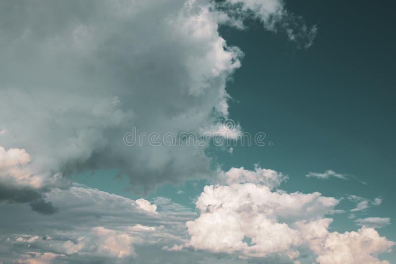 C?u com nuvens e sol fotografia de stock
