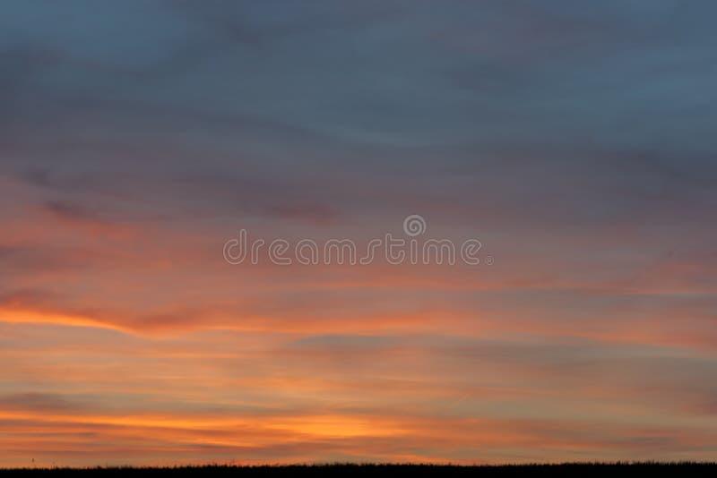 C?u com nuvens e sol imagem de stock