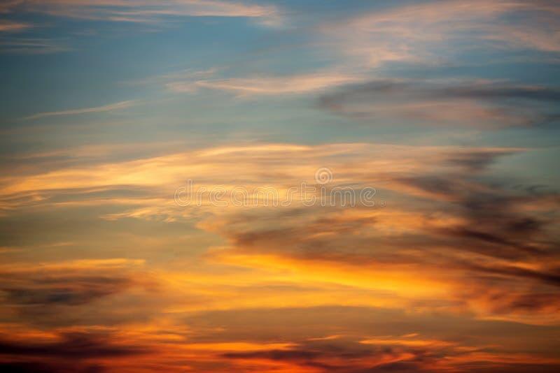 C?u do por do sol Azul, laranja, cores vermelhas Skyline Por do sol brilhante imagens de stock