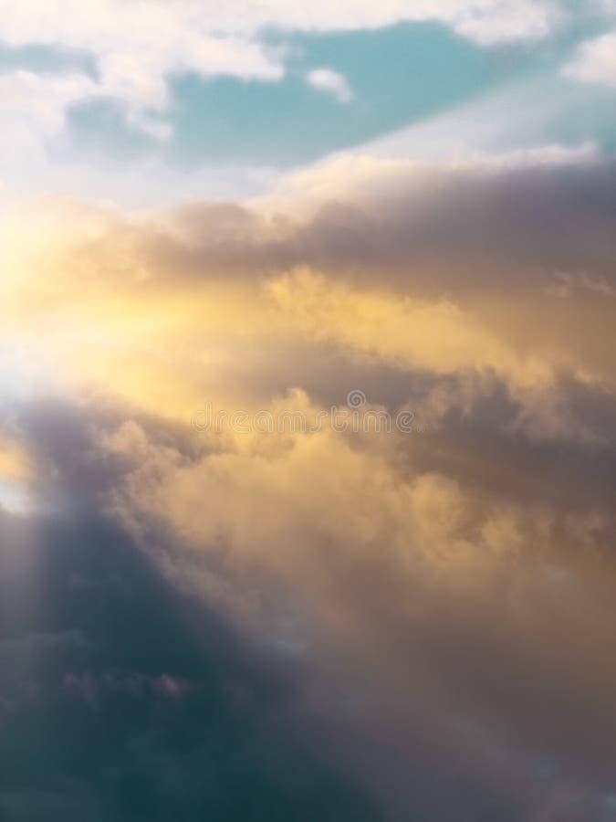 C?u do por do sol com nuvens dram?ticas fotografia de stock