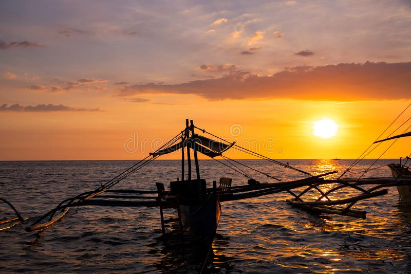 C?u do por do sol e paisagem do mar com barcos de madeira Seascape vívido na ilha tropical Molde amarelo da bandeira do c?u do po imagens de stock royalty free