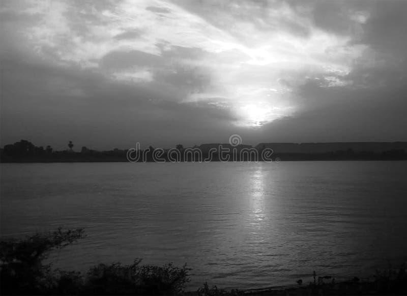 C?u do por do sol sobre Nil Luxor, Egito - preto e Whit fotografia de stock royalty free