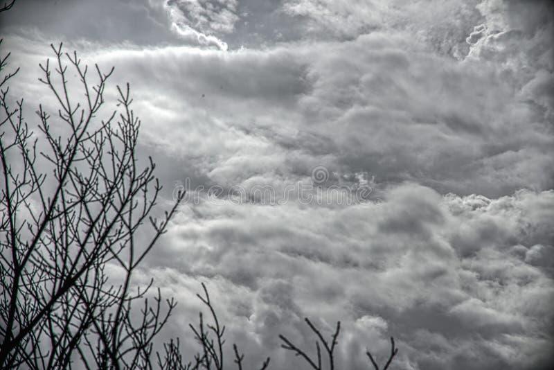 C?u e nuvens escuros dram?ticos Fundo do c?u nebuloso C?u preto antes da tempestade e da chuva do trov?o Fundo para a morte, tris foto de stock royalty free