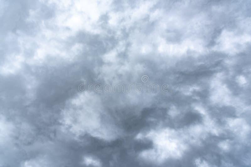 C?u nebuloso chuvoso escuro foto de stock