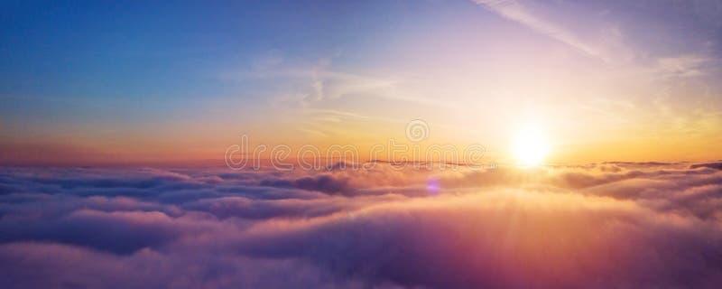 C?u nebuloso do nascer do sol bonito da vista a?rea imagens de stock royalty free