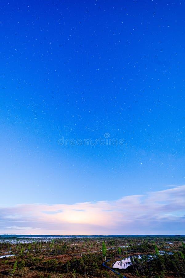 c?u noturno com estrelas e nuvens no tiro longo da exposi??o imagem de stock