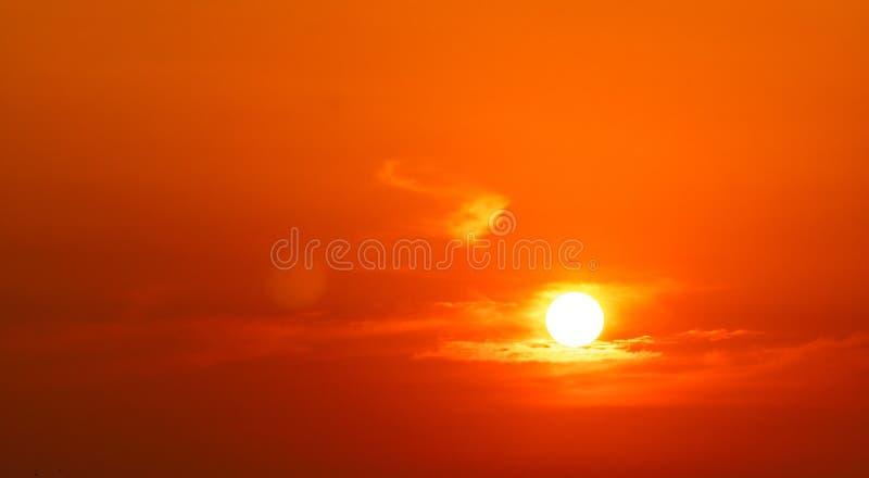 C?u vermelho e alaranjado dram?tico e fundo abstrato das nuvens Voo do avião perto do sol grande no por do sol Imagem da arte do  imagem de stock royalty free