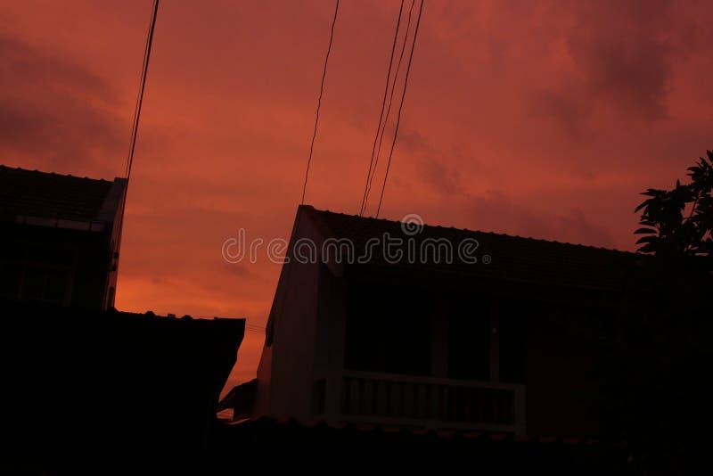 C?u vermelho na noite e fio no telhado imagens de stock royalty free