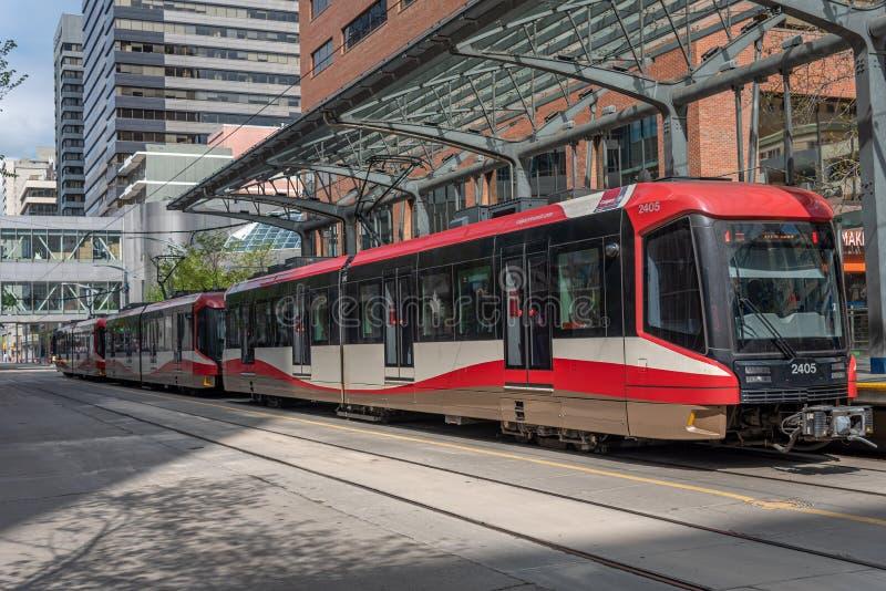 C-Zug in im Stadtzentrum gelegenem Calgary, Alberta stockfotos