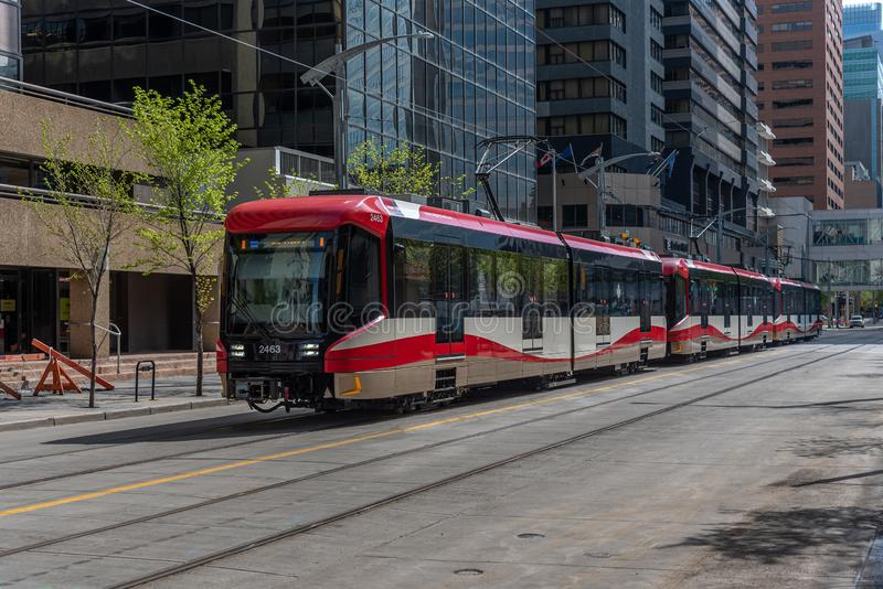 C-Zug in im Stadtzentrum gelegenem Calgary, Alberta lizenzfreie stockfotos
