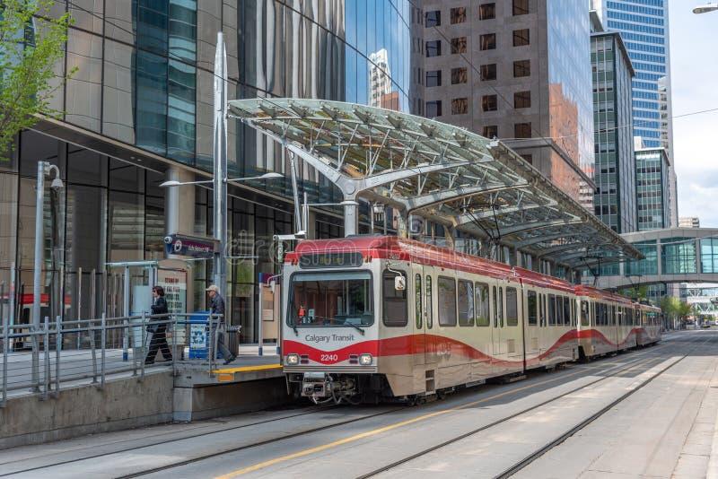 C-Zug in im Stadtzentrum gelegenem Calgary, Alberta stockfotografie