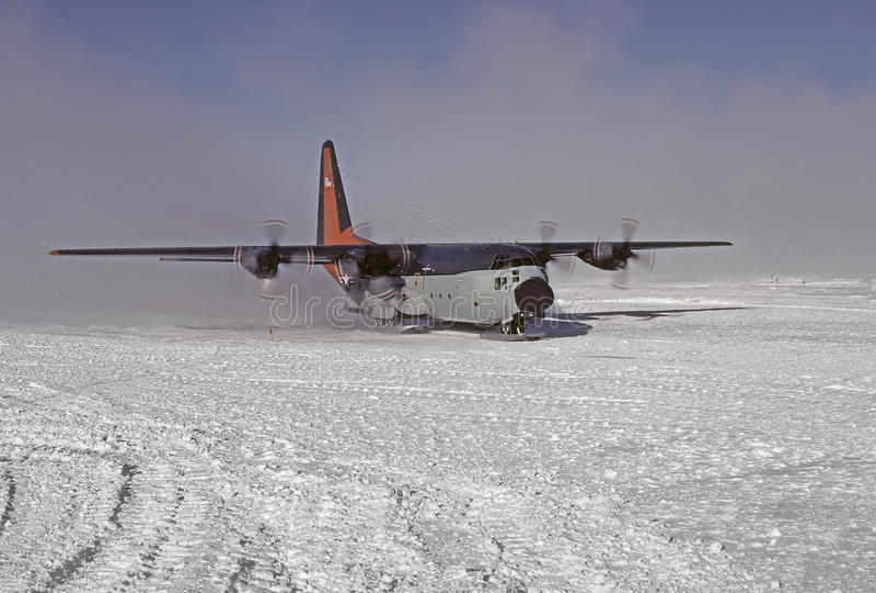 C130 auf skiis stockbild
