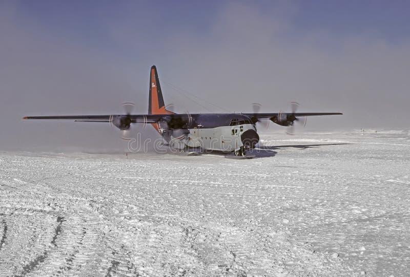 C130 em skiis imagem de stock