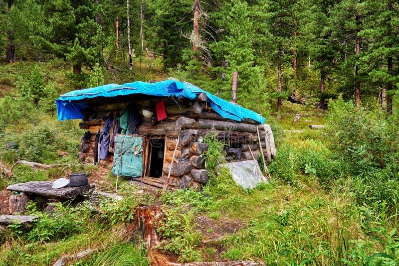 Caça pequena da cabana do inverno de Buryat no taiga da montanha imagens de stock royalty free
