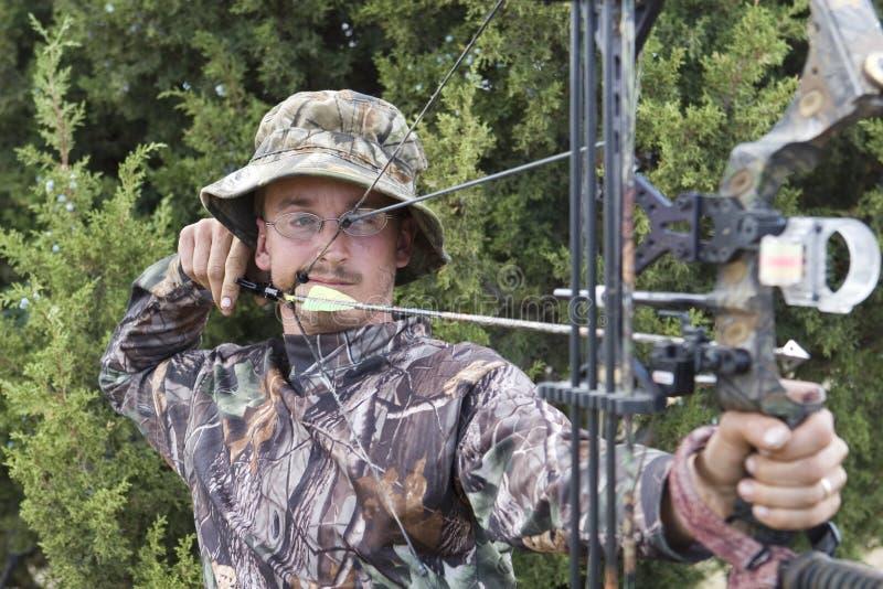 Caçador do tiro ao arco com curva imagens de stock