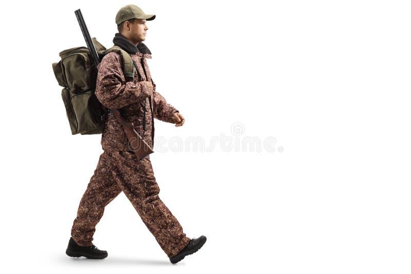 Caçador em um passeio do uniforme da camuflagem fotos de stock royalty free