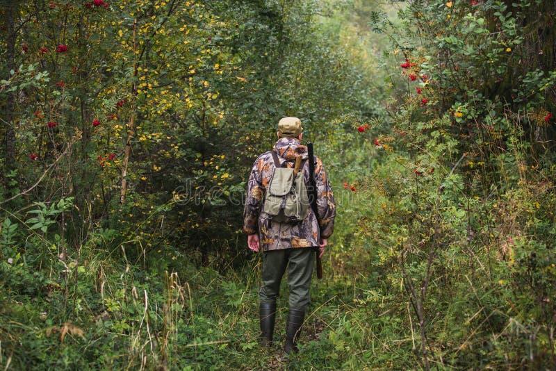 Caçador na floresta do outono imagem de stock royalty free