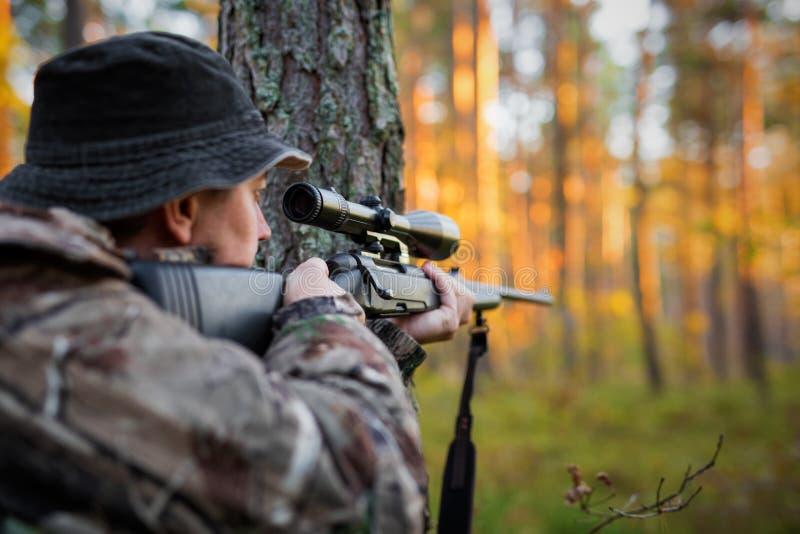 Caçador que olha no espaço do rifle foto de stock