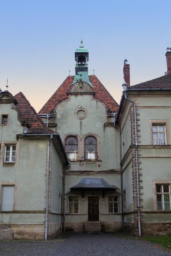 Caçando o castelo da contagem Schoenborn na vila de Karpaty Região de Zakarpattia, Ucrânia fotos de stock