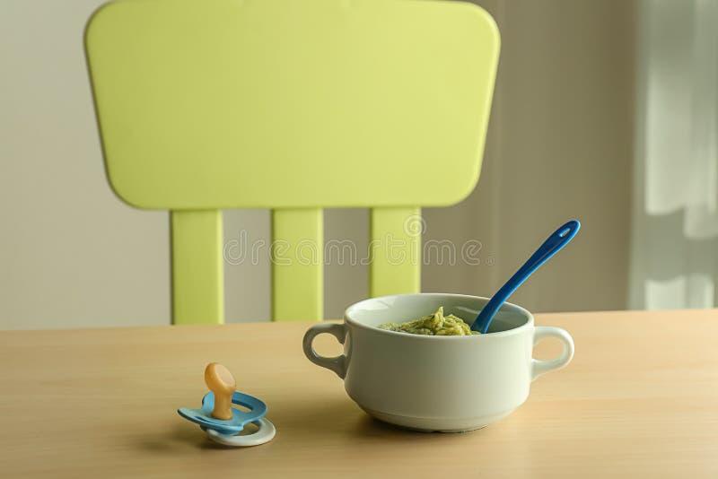 Caçarola com comida para bebê saudável na tabela fotos de stock royalty free