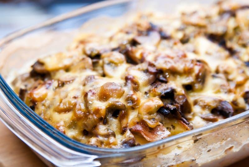 Caçarola com queijo e cogumelos da batata fotos de stock