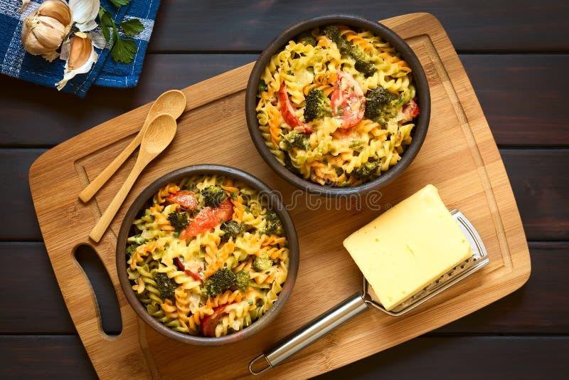 Caçarola cozida da massa, dos brócolis e do tomate imagens de stock