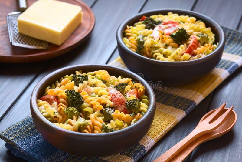 Caçarola cozida da massa, dos brócolis e do tomate imagens de stock royalty free