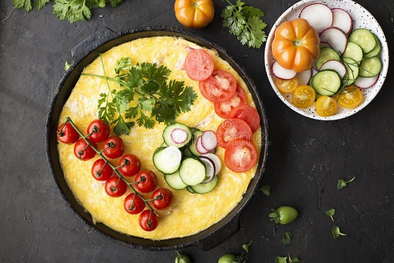 Caçarola do potenciômetro do jardim de vegetais um do mercado do fazendeiro: tomates, couve-flor, abobrinha, cebola, queijo, ovos foto de stock royalty free