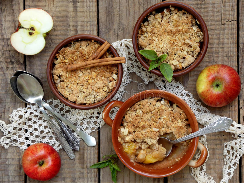 Caçarola ou crumble do queijo com maçãs e canela no ramekin do copo marrom imagem de stock