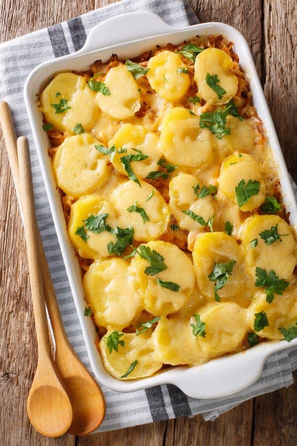 Caçarola quente alemão da couve com clo das batatas, do bacon e do queijo fotografia de stock royalty free