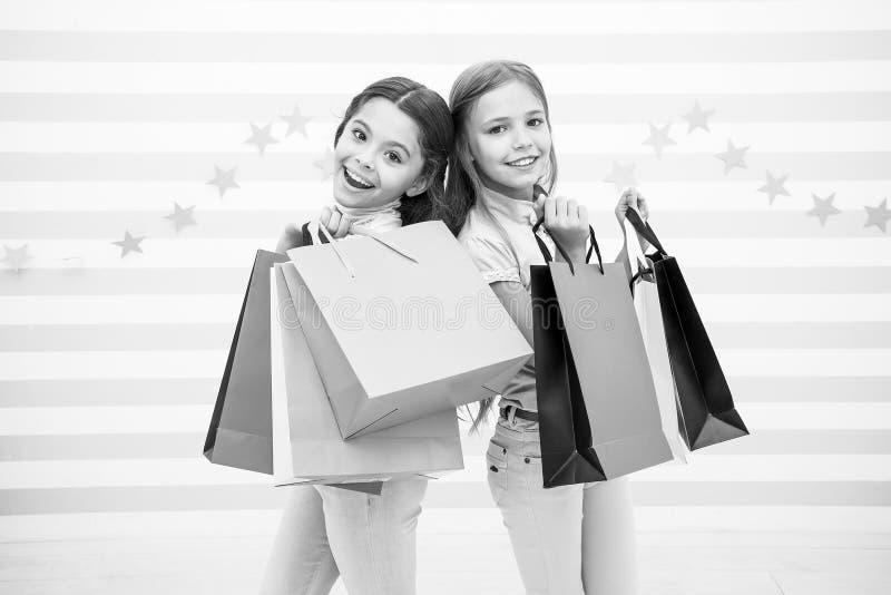 Caçoa feliz levam pacotes do grupo Compra com conceito do melhor amigo As meninas gostam de comprar Posse pequena feliz das menin foto de stock royalty free