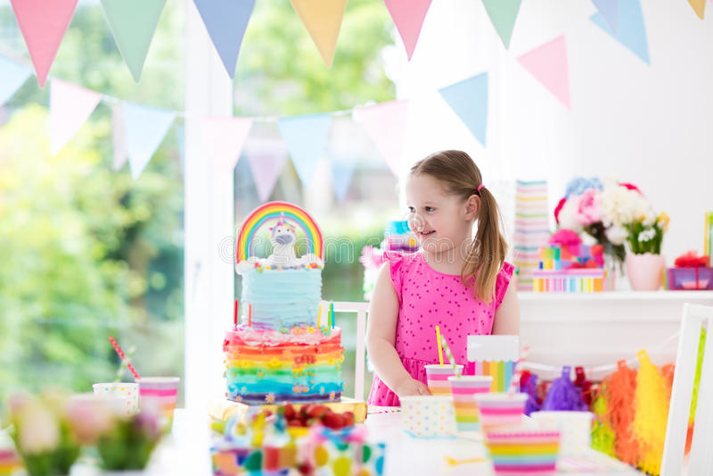 Caçoa a festa de anos Menina com bolo imagens de stock