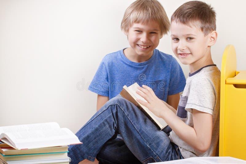 Caçoa livros de leitura em casa imagem de stock royalty free