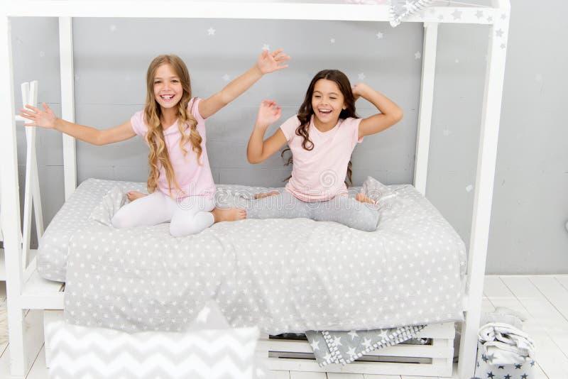 Caçoa melhores amigos das irmãs das meninas completamente da energia no humor alegre Conceito do bom dia Grande começo do dia Cri imagens de stock