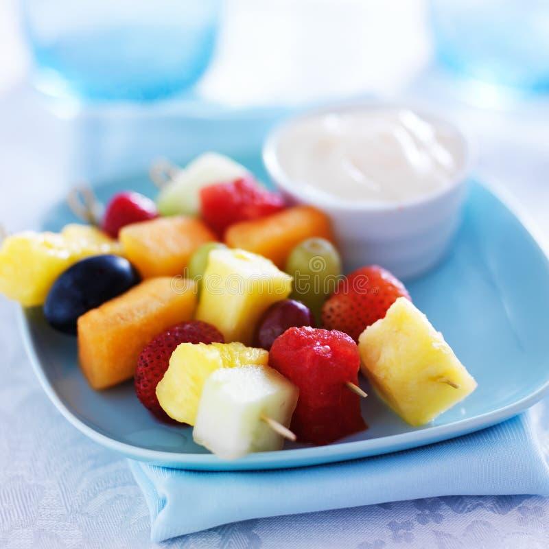 Caçoa o alimento - espetos do no espeto do fruto fotos de stock royalty free