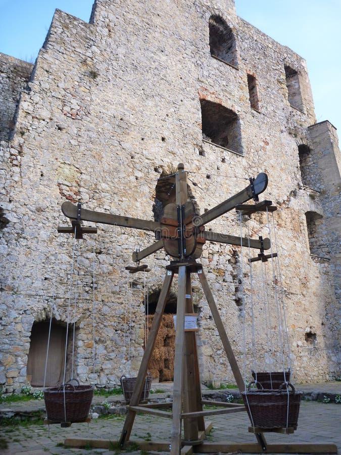 Caçoa o campo de jogos no castelo medieval em Celje foto de stock royalty free