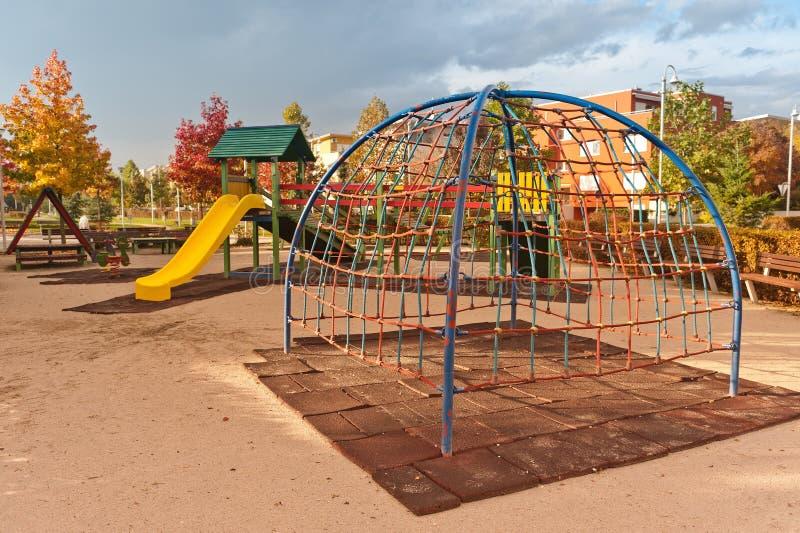 Caçoa o campo de jogos no parque urbano do outono fotografia de stock royalty free