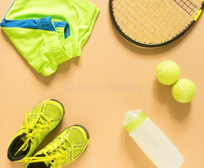 Caçoa o material do tênis no fundo de creme Esporte, aptidão, tênis, estilo de vida saudável, material do esporte Raquete de têni imagens de stock royalty free