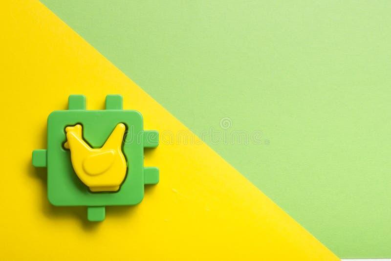 Caçoa o quadro tornando-se educacional dos brinquedos no fundo colorido Vista superior Configuração lisa Copie o espaço para o te imagem de stock