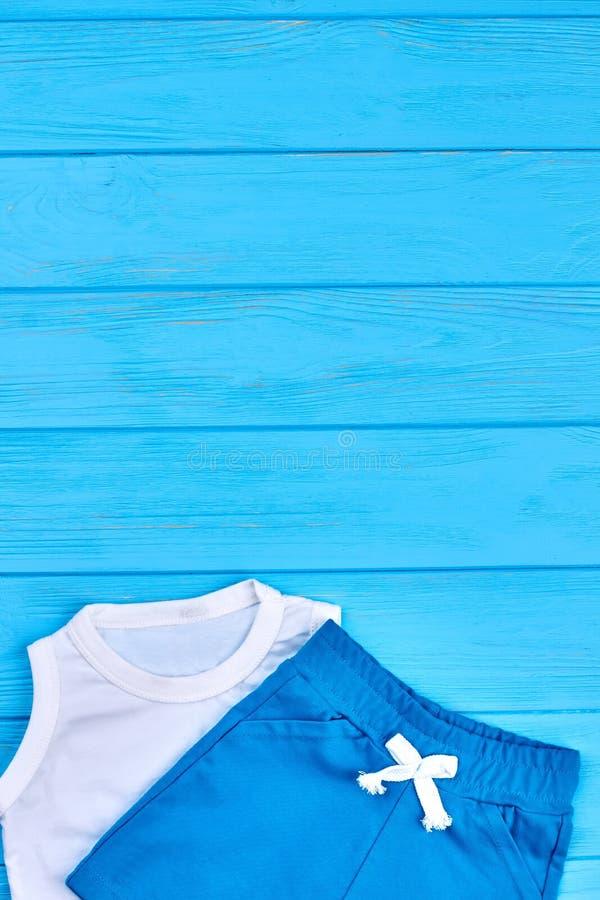 Caçoa o vestuário do verão, espaço da cópia foto de stock