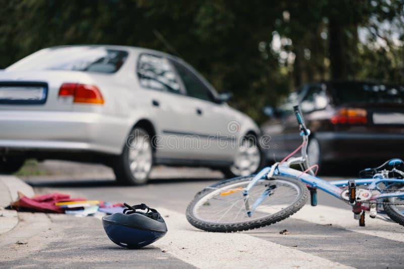 Caçoe a bicicleta e o capacete do ` s no cruzamento pedestre após a sagacidade da colisão fotografia de stock royalty free