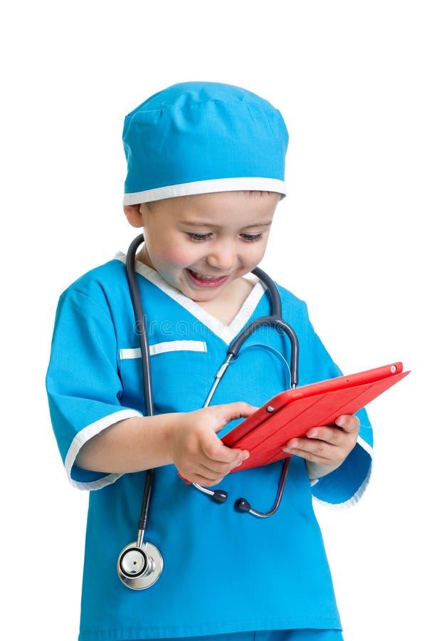 Caçoe o doutor do menino com o PC da tabuleta nas mãos foto de stock royalty free