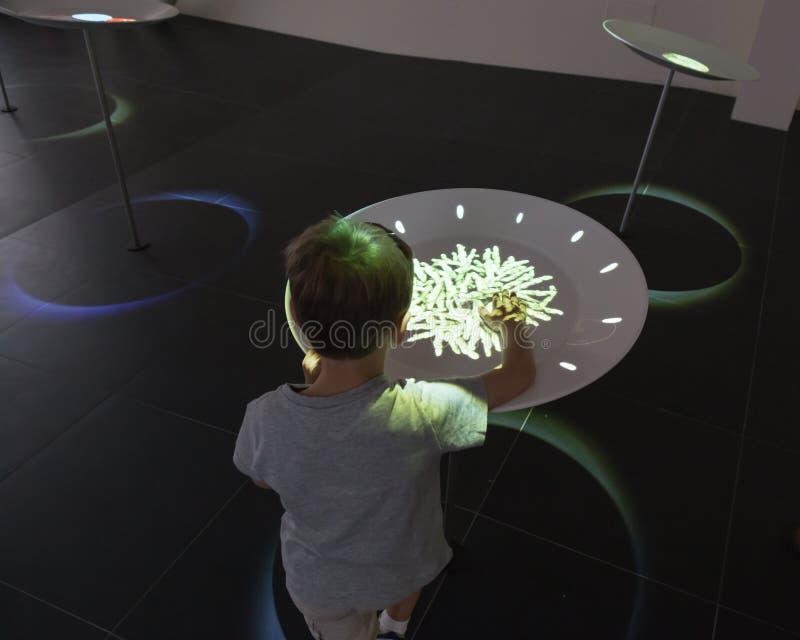 Caçoe o jogo com a instalação interativa na expo 2015 em Milão, fotografia de stock