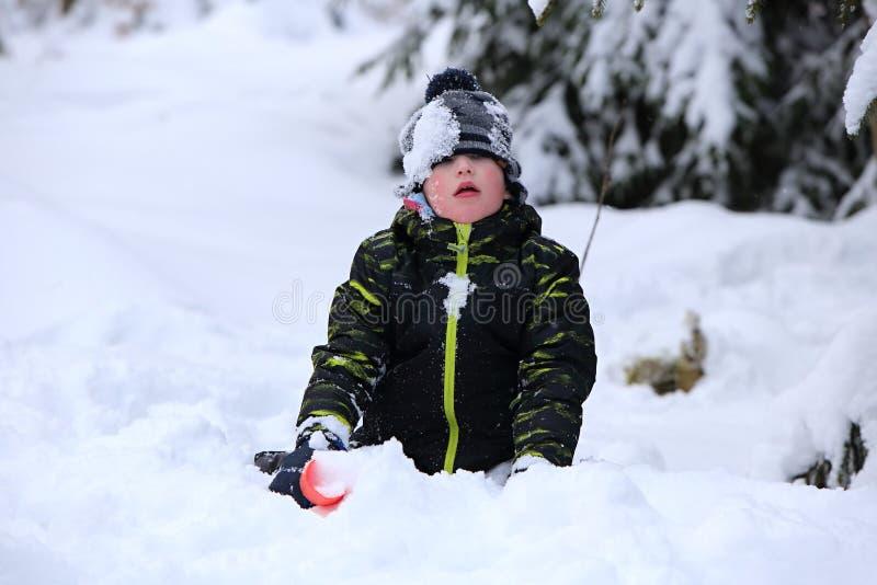 Caçoe o jogo na neve profunda com pá vermelha foto de stock royalty free