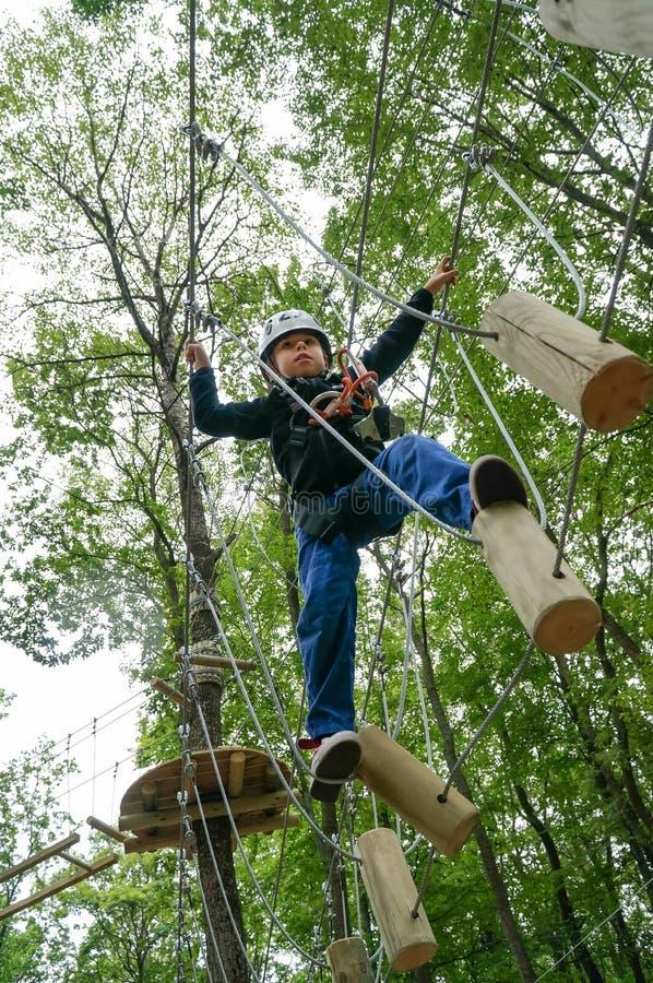 Caçoe o passeio em um trajeto dos logs no parque da aventura imagens de stock
