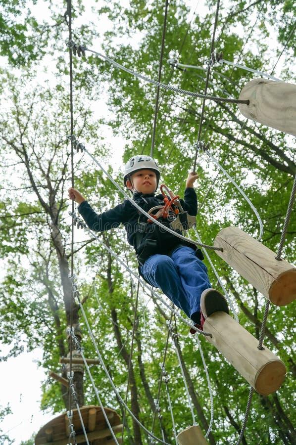 Caçoe o passeio em um trajeto dos logs no parque da aventura foto de stock royalty free
