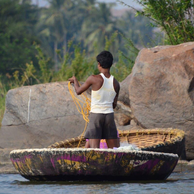 Caçoe a pesca de seu shell no rio imagem de stock