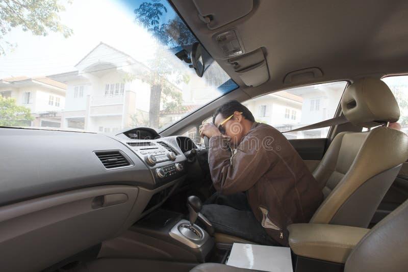 Caída asiática del hombre asleeping en asiento de la conducción de automóviles imágenes de archivo libres de regalías