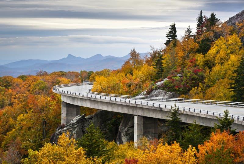 Caída azul del viaducto de la ensenada de Linn del otoño de la ruta verde de Ridge imagen de archivo